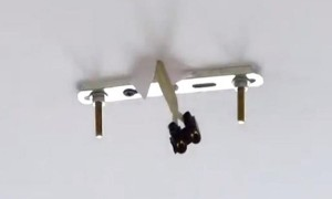 повесить люстру на натяжной потолок