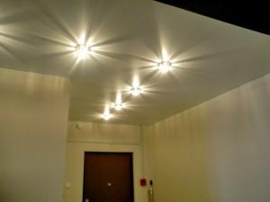 расположить светильники на натяжном потолке